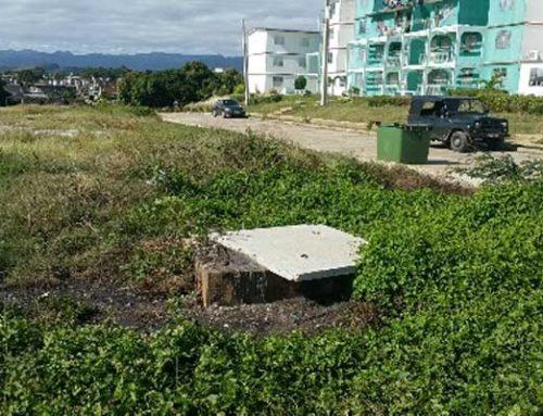 Vertido de aguas putridas contaminan la plaza de Trinidad